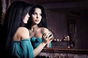 Які дзеркала вважаються небезпечними і чому не можна говорити, куди ви їх поділи