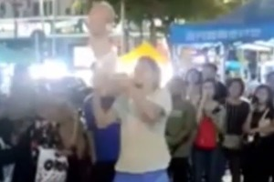 Россияне решили зажечь публику, жонглируя шестимесячным младенцем