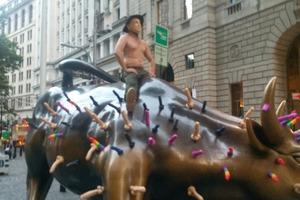 Как Путин и 50 цветных фаллосов оседлали быка на Уолл-Стрит