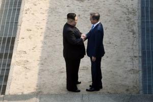 Историческая встреча: Лидеры Северной и Южной Кореи пожали друг другу руки на границе