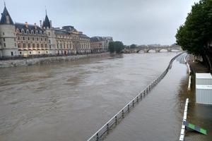 Наводнение в Париже: река Сена вышла из берегов, затопив улицы