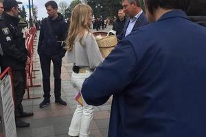 Фреймут разбрасывала котят по центру Киева. Сеть в ярости