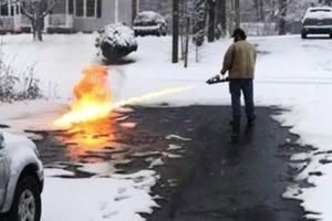 У США чоловік вогнеметом розчистив сніг перед своїм будинком