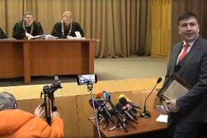 Саакашвили в суде попрекнул Порошенко отпуском на Мальдивах и призвал соратников к наступлению
