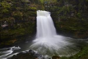 Во время съемок клипа мужчина прыгнул с водопада и утонул (видео)