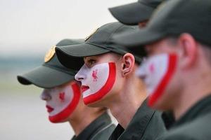 Украинские пограничники разрисовали лица в цвет Ливерпуля
