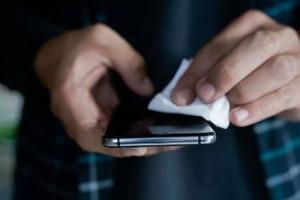 Коронавирус может жить на телефонах и деньгах четыре недели. Так ли это?