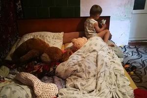 Рожденные ради выплат: мать-алкашка морила голодом в вонючей квартире сына