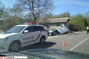На Прикарпатті злетів із дороги пасажирський автобус, є загиблий і поранені