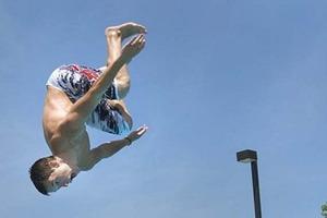 Нарочно не придумаешь: в Железном Порту мужчина с разбегу прыгнул в пустой бассейн