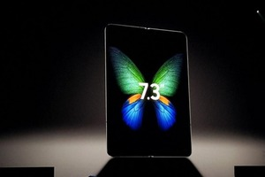 Samsung показала гибкий смартфон