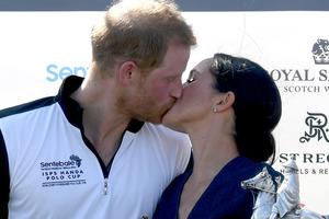 Как поцеловать мусульманку? Принц Гарри изобрел удивительный способ