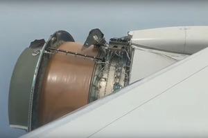 Двигатель самолета с сотнями пассажиров начал рассыпаться в полете