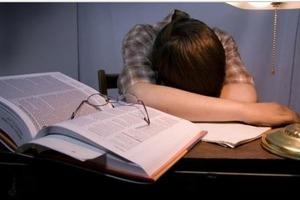 Чуть не потеряла руку: Китаянка доказала, что спать за столом вредно