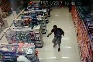 Полицейский с ребенком на руках застрелил грабителей аптеки в Бразилии
