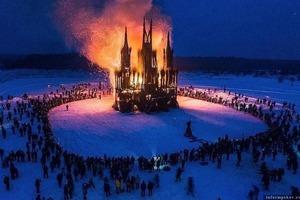 В Калужской области на Масленицу сожгли гигантский костел