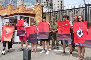 В Одессе активисты забили в «ворота РФ» «кровавые» мячи