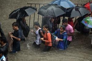 Самый большой город Индии парализован из-за сильнейшего наводнения