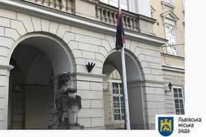 Львовский горсовет поднял красно-черный флаг