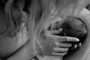 Лобода показала, как кормит грудью новорожденную дочь