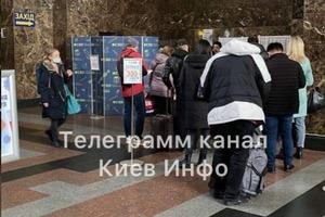 На вокзалі в Києві - черга, пасажирів не пропускають в поїзди та автобуси. З сьогоднішнього дня діють нові обмеження
