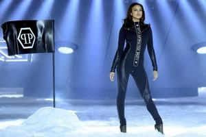 Легкий конфуз: між ногами у російської супермоделі під час показу розірвався костюм