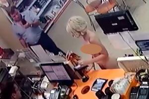 Судья заставил голую блондинку скупиться в магазине и снял все на видео