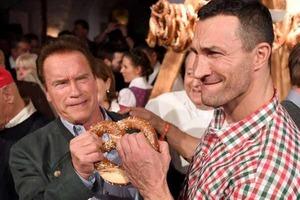 В Австрии Шварценеггер и Кличко не поделили крендель на вечеринке