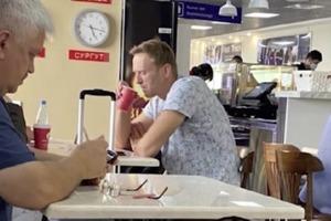 Олексій Навальний знаходиться в реанімації в Омську. У нього отруєння, він в комі.