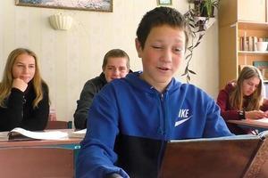 Сельские школьники сняли забавную пародию на хит Плакала