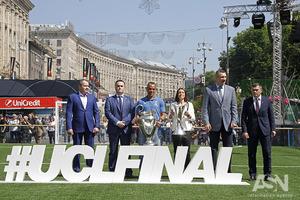 На Крещатике открыли огромную фан-зону для футбольных болельщиков