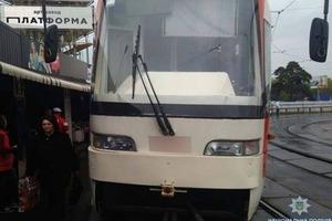 Триллер в столице: часть трамвая пробила пол и чуть не оторвала женщине ногу