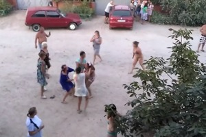 Мама, выселяют: в Кирилловке голая харьковчанка устроила пьяный дебош