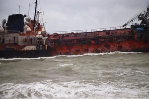 Под Одессой танкер выбросило на мель, экипаж тонет вместе с кораблем