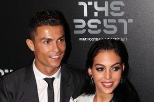Невеста Роналду похвасталась гигантским кольцом посреди стадиона