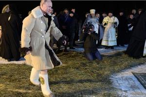 Валенки на голую ногу и тулуп. Как Путин окунулся в крещенскую воду