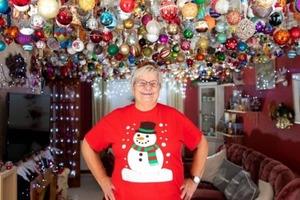 Это надо видеть: пенсионерка украсила дом 2000 новогодними шарами