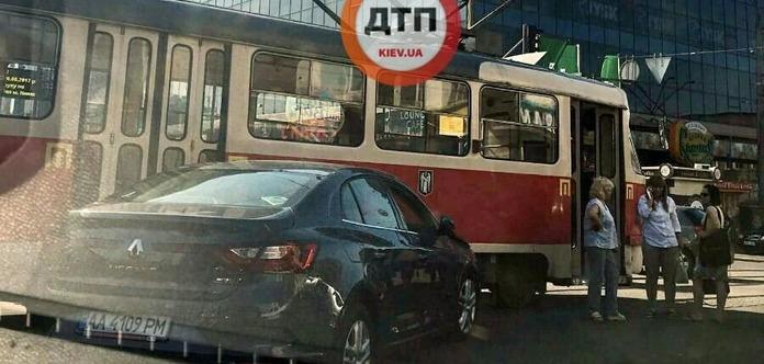 Вцентре столицы Украины напл.Победы легковушка протаранила трамвай, ограничено движение транспорта