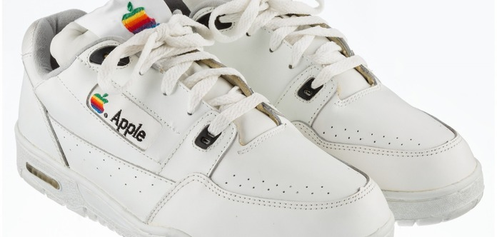 Раритетні кросівки Apple виставлено напродаж за15 тис. доларів
