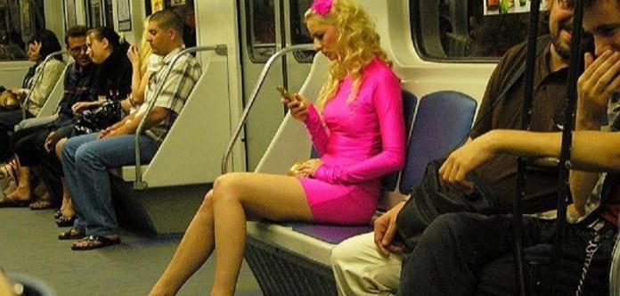 Девушки вдлинных юбках ломают эскалатор столичной подземки