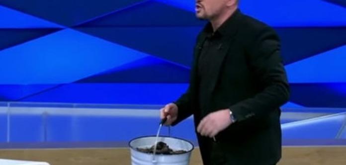 Ведущий российского «Первого канала» принес в студию ведро с фекалиями
