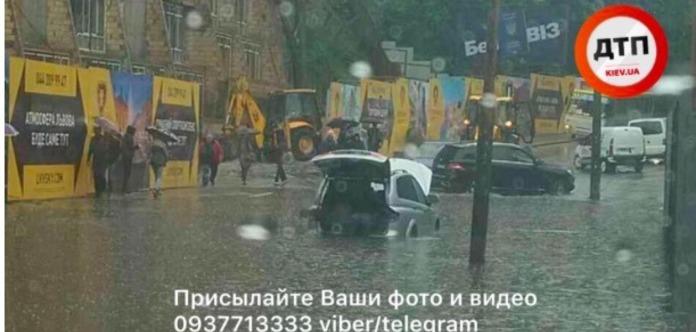 Из-за сильного ливня вКиеве образовался потоп