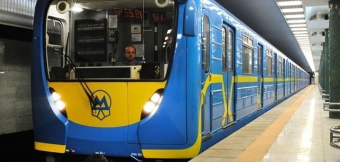 Вкиевском метро умер экстремал, решивший проехаться накрыше поезда