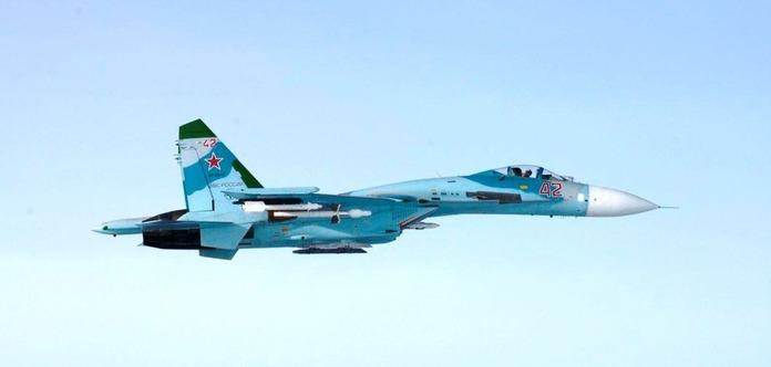 Вооруженный ракетами Су-27 РФ пролетел в 1,5 метрах от самолета США