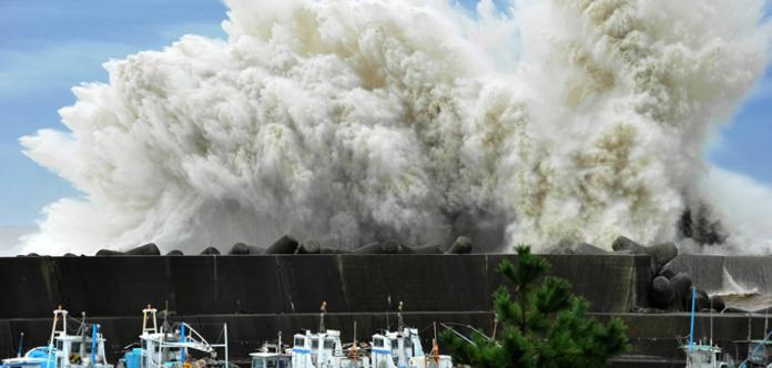 Наюго-запад Японии обвалился тайфун «Нанмадол»