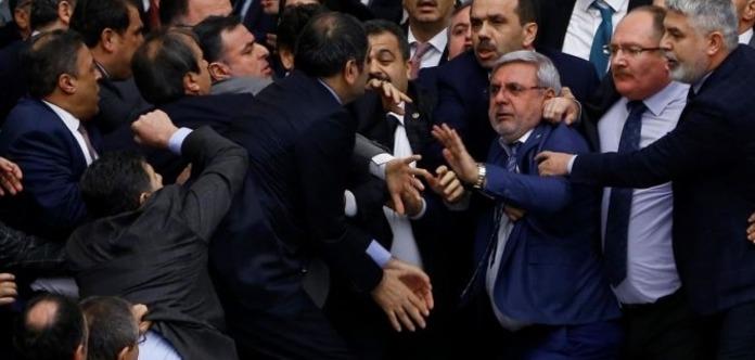 Драка в турецком парламенте, одному депутату сломали нос