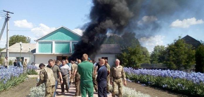 У Вінницькій області атошники підпалили шини біля сільради через спірну землю