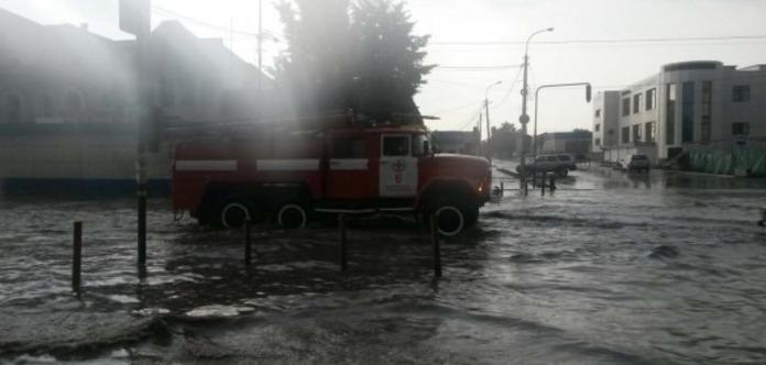 ВКаменце-Подольском мост превратился вводопад