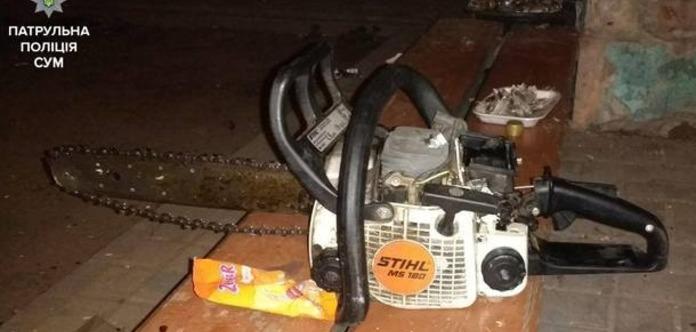 В Сумах мужчина пытался открыть двери в подъезд с помощью бензопилы