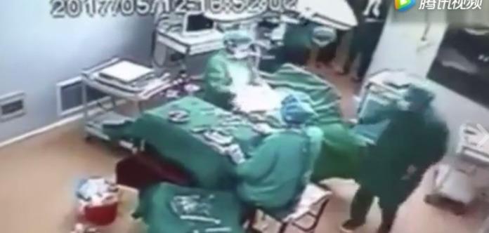 В Китае врач и медсестра подрались во время операции